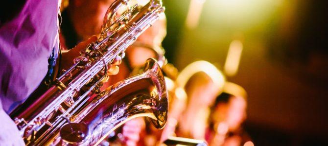 Upplyst till ljudet av en saxofon